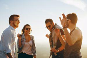 若者グループの笑顔画像