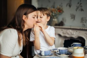 子供が母親に食べさせる画像